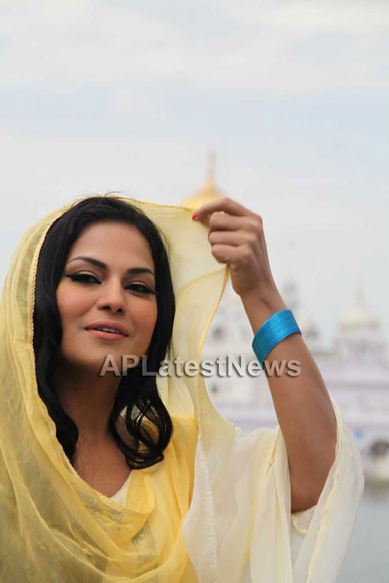 Veena Malik at Holy shrine of Gurudwara - Picture 20