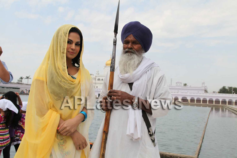 Veena Malik at Holy shrine of Gurudwara - Picture 10