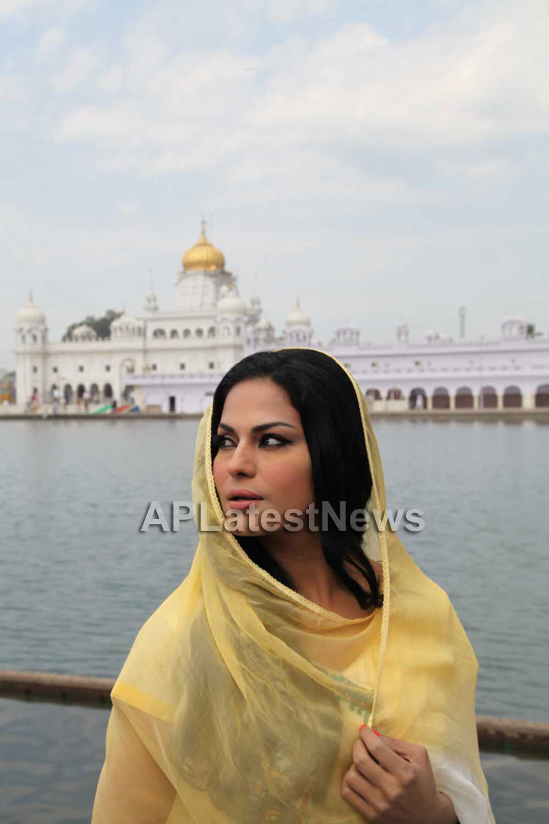 Veena Malik at Holy shrine of Gurudwara - Picture 24