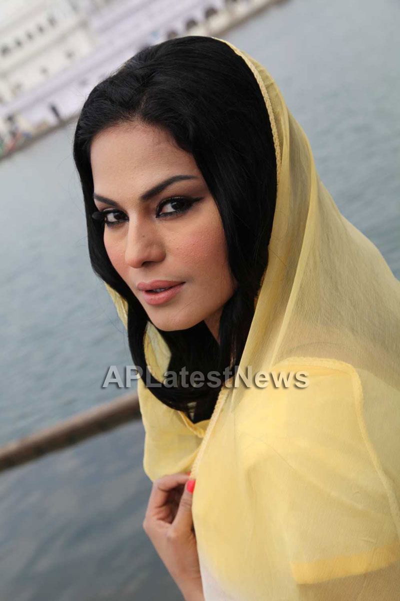 Veena Malik at Holy shrine of Gurudwara - Picture 15