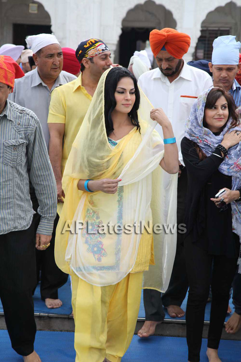 Veena Malik at Holy shrine of Gurudwara - Picture 5