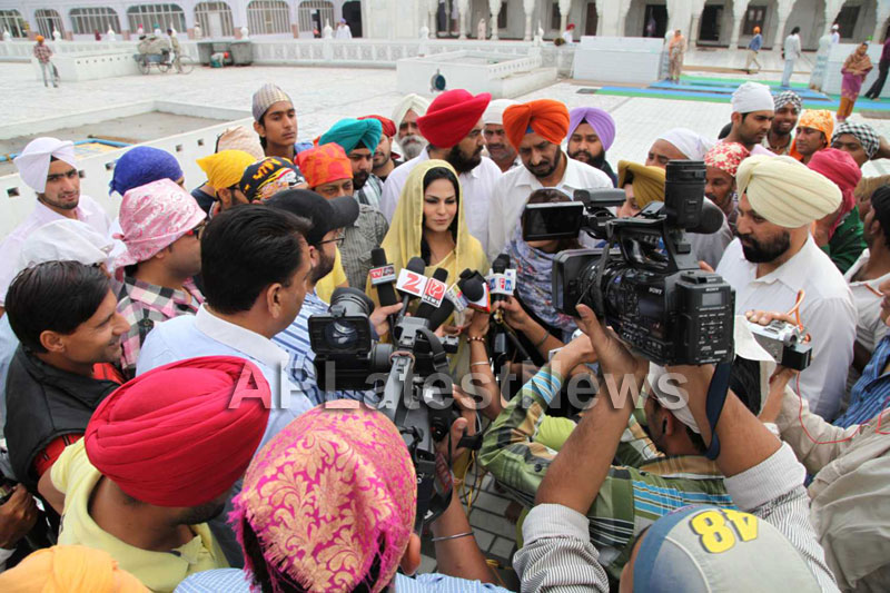 Veena Malik at Holy shrine of Gurudwara - Picture 17