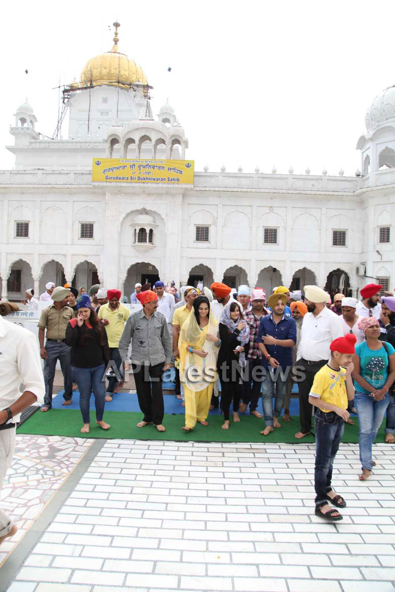 Veena Malik at Holy shrine of Gurudwara - Picture 26