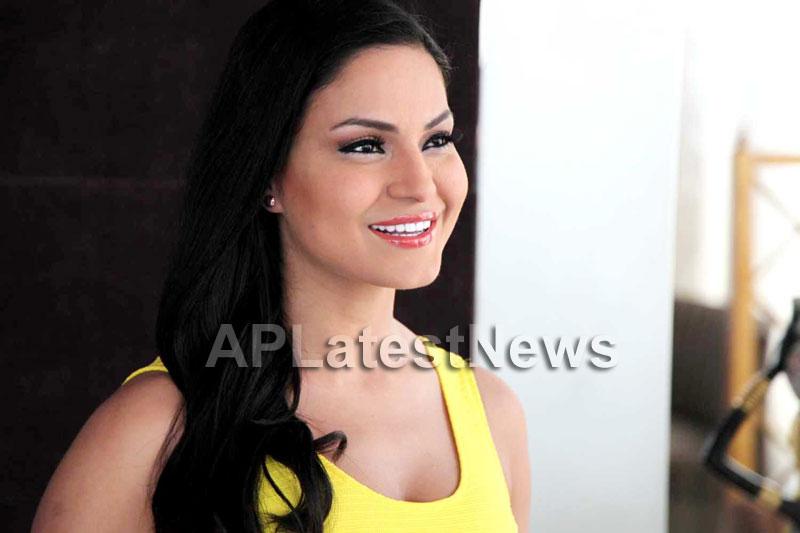 Veena Malik mobbed during the promotion of movie Zindagi 50:50  - Picture 9