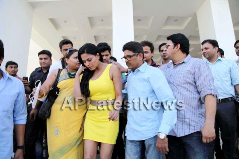Veena Malik mobbed during the promotion of movie Zindagi 50:50  - Picture 15