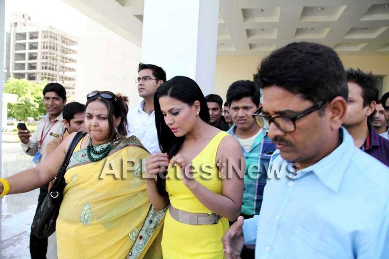 Veena Malik mobbed during the promotion of movie Zindagi 50:50  - Picture 3