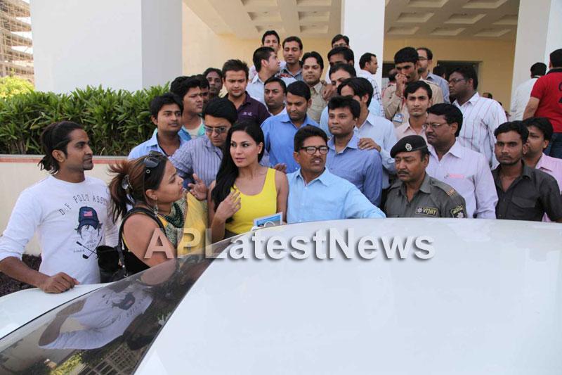 Veena Malik mobbed during the promotion of movie Zindagi 50:50  - Picture 13