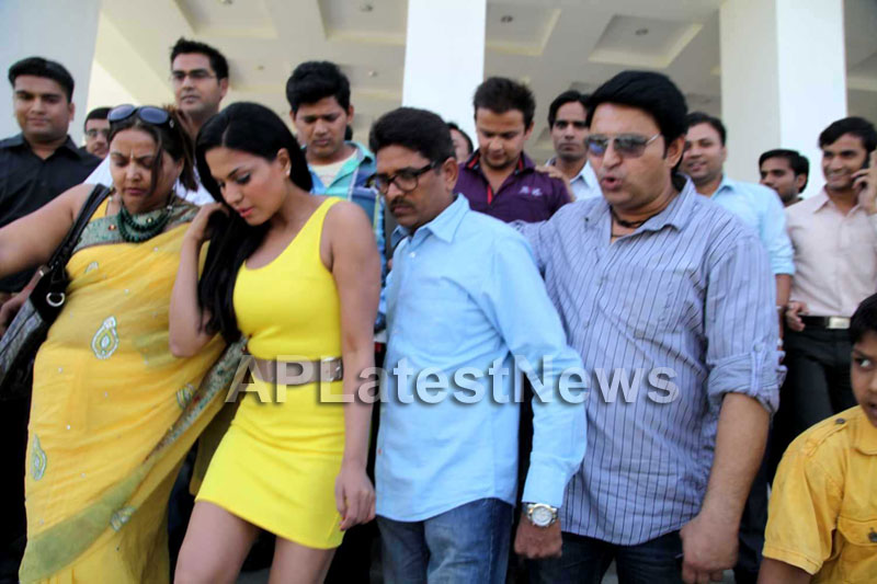 Veena Malik mobbed during the promotion of movie Zindagi 50:50  - Picture 11