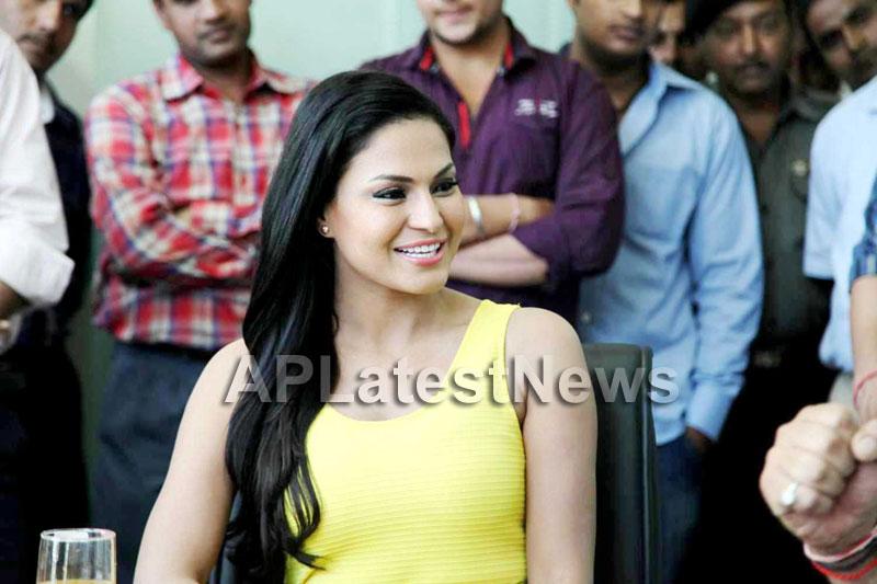 Veena Malik mobbed during the promotion of movie Zindagi 50:50  - Picture 10