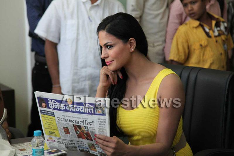 Veena Malik mobbed during the promotion of movie Zindagi 50:50  - Picture 14