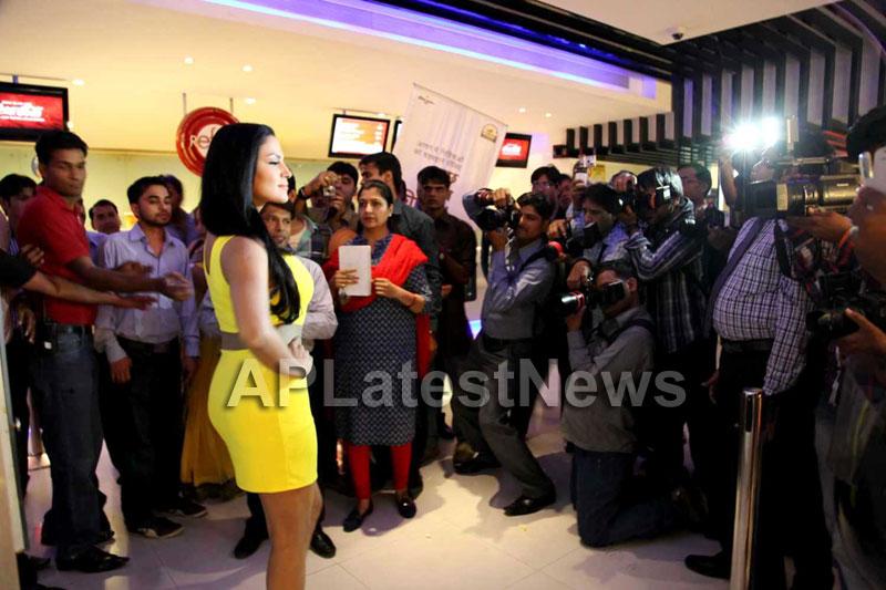 Veena Malik mobbed during the promotion of movie Zindagi 50:50  - Picture 8