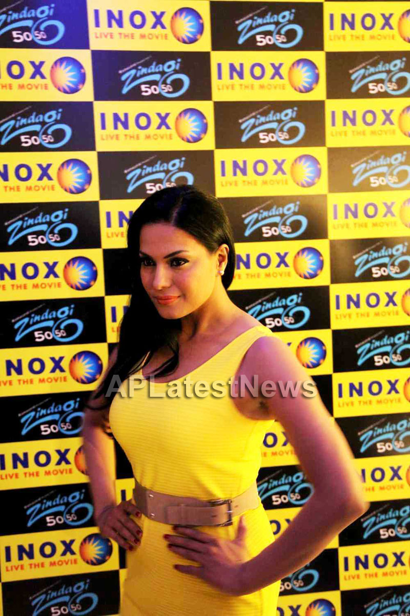 Veena Malik mobbed during the promotion of movie Zindagi 50:50  - Picture 5