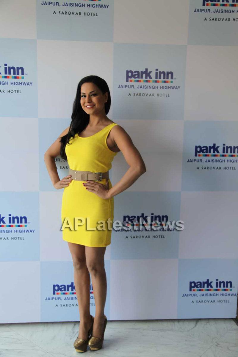 Veena Malik mobbed during the promotion of movie Zindagi 50:50  - Picture 2