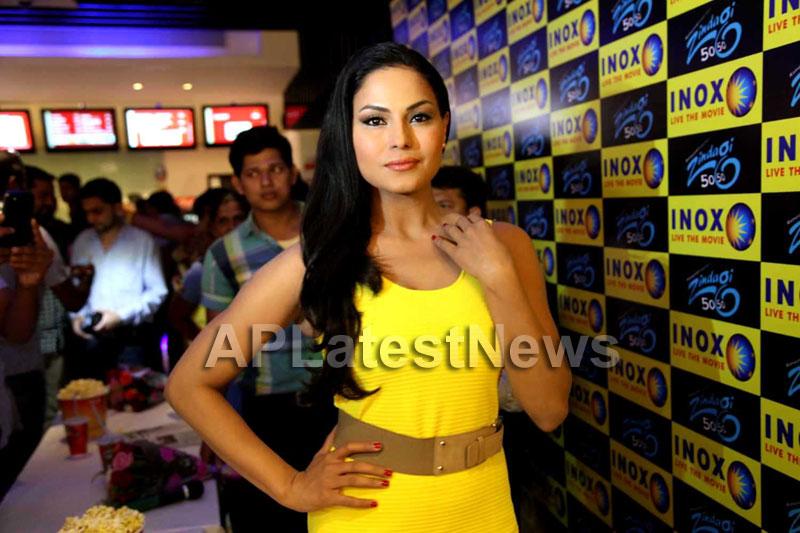 Veena Malik mobbed during the promotion of movie Zindagi 50:50  - Picture 7