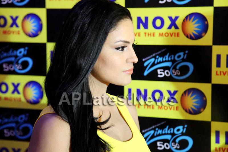 Veena Malik mobbed during the promotion of movie Zindagi 50:50  - Picture 12