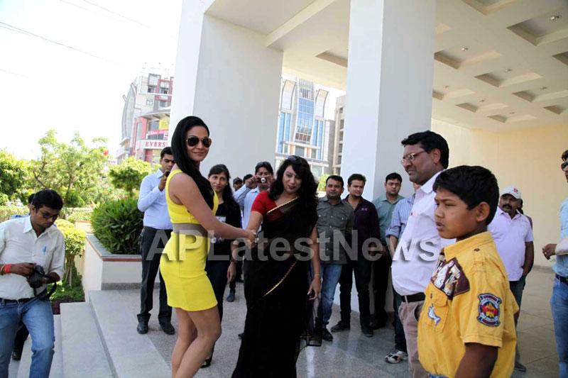 Veena Malik mobbed during the promotion of movie Zindagi 50:50  - Picture 4