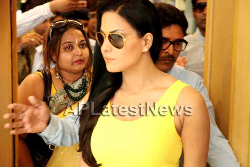 Veena Malik mobbed during the promotion of movie Zindagi 50:50  - Picture 16