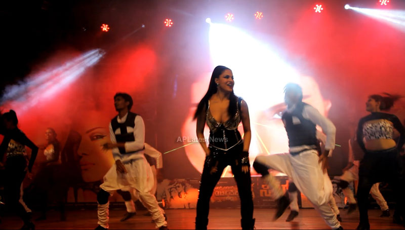 Veena Malik seduces the crowd at Silk Sakkath Maga music launch - Picture 13
