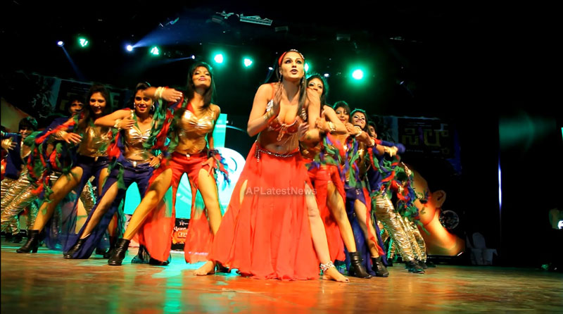Veena Malik seduces the crowd at Silk Sakkath Maga music launch - Picture 2