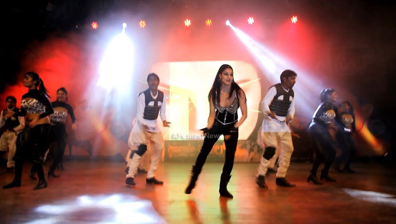 Veena Malik seduces the crowd at Silk Sakkath Maga music launch - Picture 5