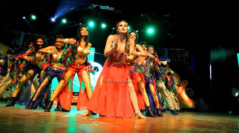 Veena Malik seduces the crowd at Silk Sakkath Maga music launch - Picture 8