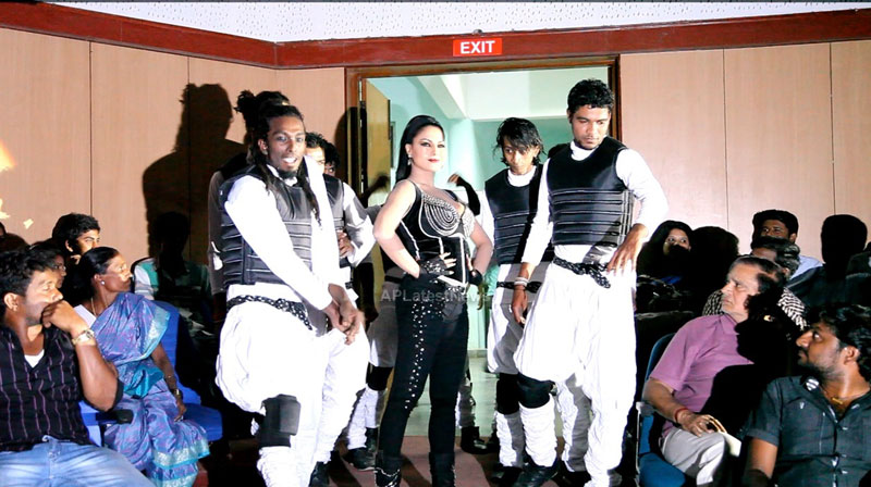 Veena Malik seduces the crowd at Silk Sakkath Maga music launch - Picture 6