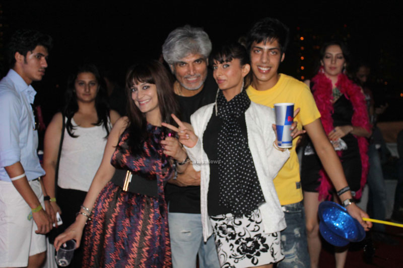 Yash, Talat, Candy, Aarti, Tina and Ali At Sunburn DJ Party - Picture 13
