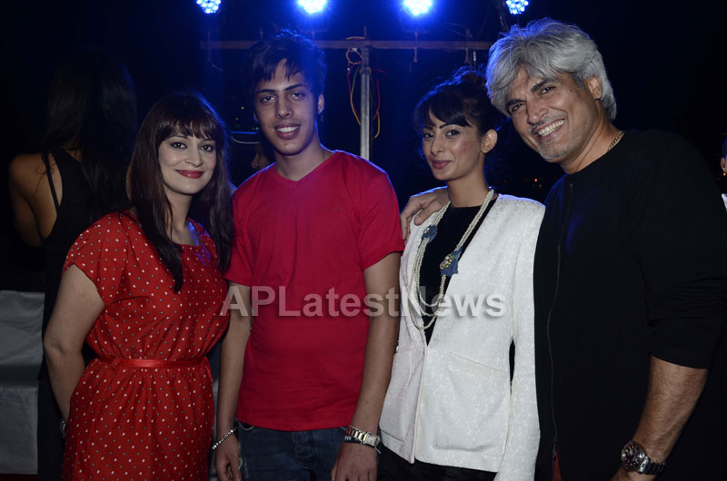 Yash, Talat, Candy, Aarti, Tina and Ali At Sunburn DJ Party - Picture 9