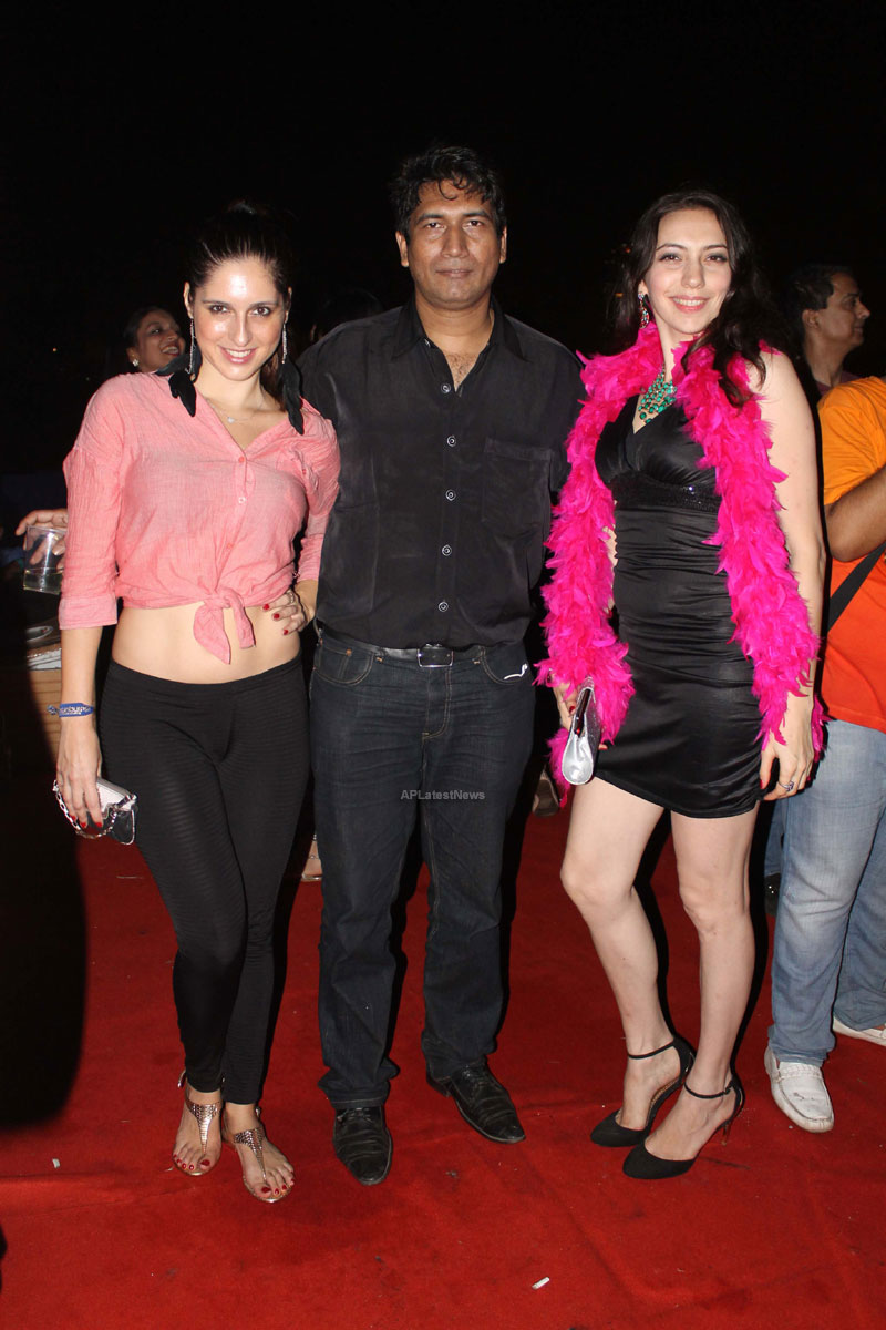 Yash, Talat, Candy, Aarti, Tina and Ali At Sunburn DJ Party - Picture 26