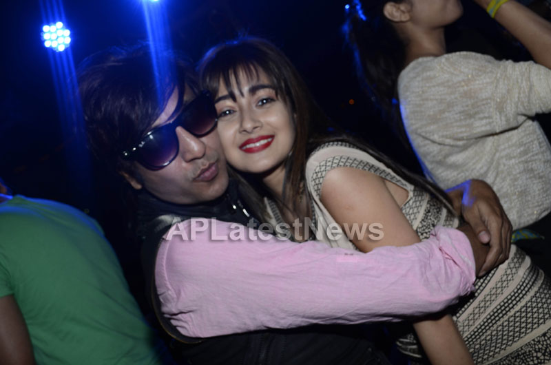Yash, Talat, Candy, Aarti, Tina and Ali At Sunburn DJ Party - Picture 21