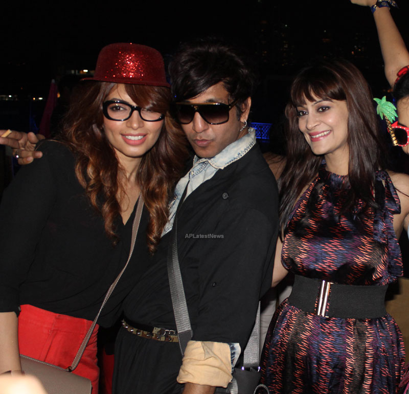 Yash, Talat, Candy, Aarti, Tina and Ali At Sunburn DJ Party - Picture 23