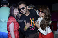 Yash, Talat, Candy, Aarti, Tina and Ali At Sunburn DJ Party - Picture 18
