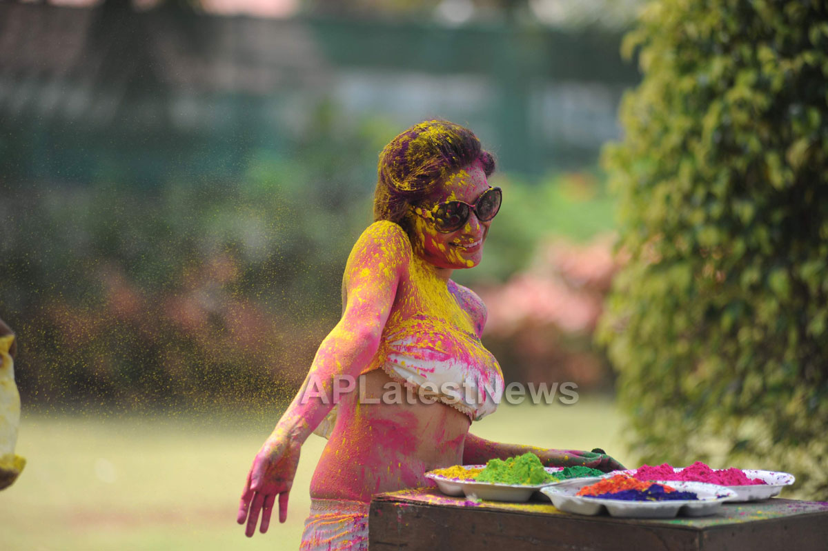 Bollywood actress Kesariees sizzling, sensuous Dry Holi - Picture 11