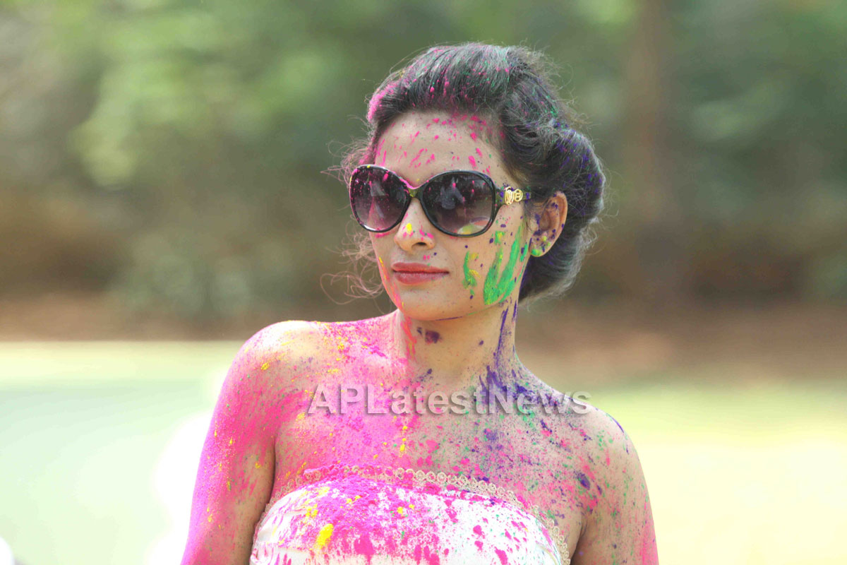 Bollywood actress Kesariees sizzling, sensuous Dry Holi - Picture 8