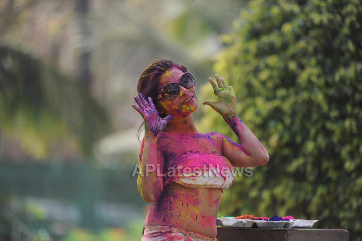 Bollywood actress Kesariees sizzling, sensuous Dry Holi - Picture 5