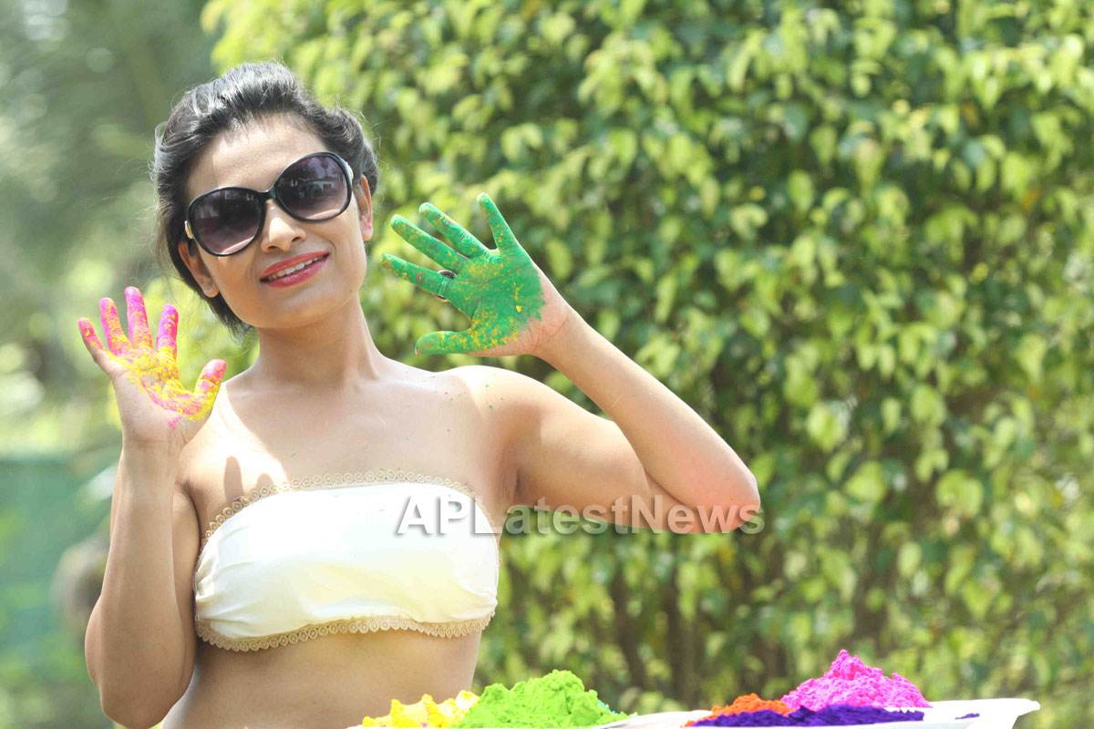 Bollywood actress Kesariees sizzling, sensuous Dry Holi - Picture 12