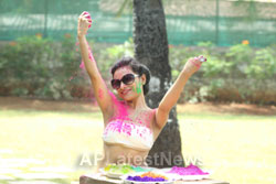 Bollywood actress Kesariees sizzling, sensuous Dry Holi - Picture 9