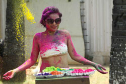 Bollywood actress Kesariees sizzling, sensuous Dry Holi - Picture 7