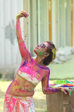 Bollywood actress Kesariees sizzling, sensuous Dry Holi - Picture 2