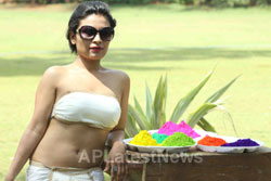 Bollywood actress Kesariees sizzling, sensuous Dry Holi - Picture 10