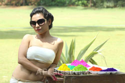Bollywood actress Kesariees sizzling, sensuous Dry Holi - Picture 1