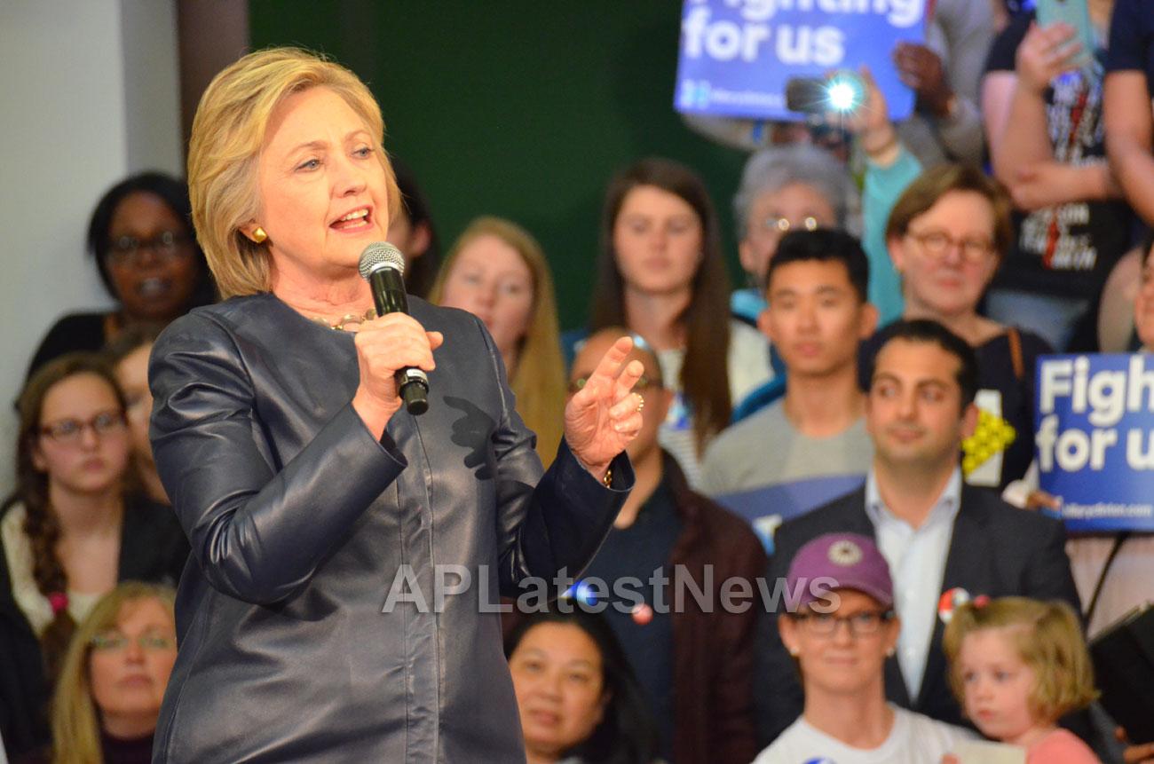 Campaign visit of Hillary Clinton - La Escuelita School, Oakland, CA, USA - Picture 10