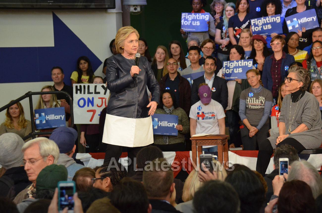 Campaign visit of Hillary Clinton - La Escuelita School, Oakland, CA, USA - Picture 12